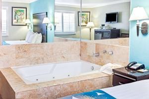 Queen Spa Bath Suite - Non-Smoking
