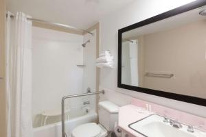 Double Room with Queen Bed and Twin Bed - Wheelchair Accessible
