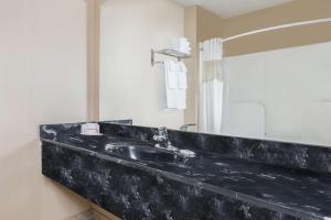 Apartament typu Suite z łóżkiem typu king-size przystosowany dla osób niepełnosprawnych - dla niepalących