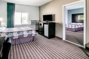Superior Queen Suite with Three Queen Beds - Non-Smoking