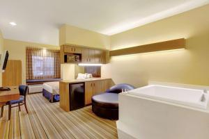 Deluxe Queen Room with Spa Bath - Non-Smoking