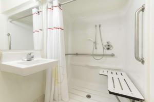 Queen Studio - Disability Access/Non-Smoking – roll in shower