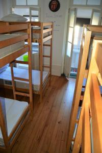 12人混合宿舍间的床位