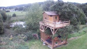 Cabane perchée dans la prairie de l' ancien moulin