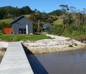 Oystercatcher Bay Boathouse, Шале  Coromandel Town - big - 10