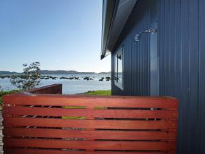 Oystercatcher Bay Boathouse, Шале  Coromandel Town - big - 7
