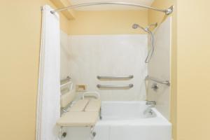 """Номер для некурящих с кроватью размера """"king-size"""" – Для гостей с ограниченными физическими возможностями"""