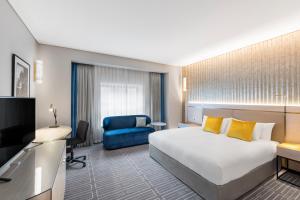Zimmer mit Kingsize-Bett und Zugang zur Businesslounge