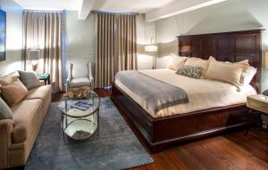 One-Bedroom King Suite with Street View - Stair Access Only