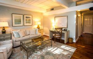 One-Bedroom Queen Suite with Street View - Stair Access Only