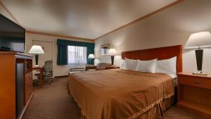 Rom med king-size-seng og sovesofa – Røykfritt