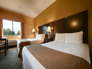 Queen Room with Two Queen Beds and Golf Course View - Non-Smoking