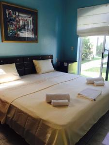 Rom med king-size-seng og bassengutsikt