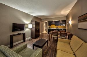 Atrium view King Suite with Kitchenette