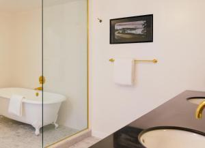 Chambre Spa Lit King-Size de Luxe - Adaptée aux Personnes à Mobilité Réduite avec Douche Accessible en Fauteuil Roulant