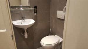 シングルルーム 専用シャワーとトイレ付