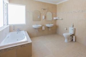 Zweibettzimmer mit Badewanne und Dusche.