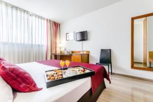 Двухместный номер с 1 двуспальной кроватью и дополнительной кроватью
