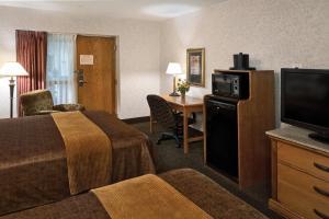 Bottom Floor Queen Room with Two Queen Beds - Pool Side