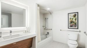 Deluxe Queen Room - Mobility Access with Tub River View