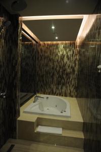 豪华套房 - 带特大号床 - 可使用休息室