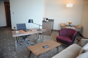 Suite Deluxe con cama extragrande y acceso al salón