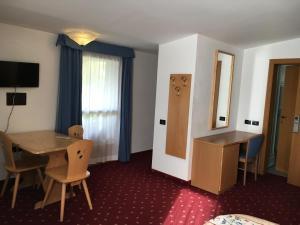 Hotel Garni Enrosadira, Hotely  Vigo di Fassa - big - 20