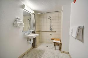 Motel 6 Newport Rhode Island, Отели  Ньюпорт - big - 37