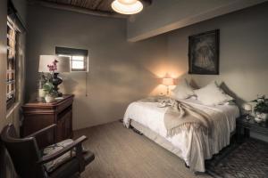 Pokój z łóżkiem typu queen-size i widokiem na ogród