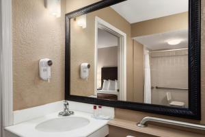 Ramada by Wyndham Naples, Hotely  Naples - big - 12