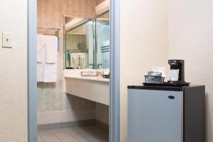 Pokój z łóżkiem typu king-size i prywatną częścią wypoczynkową przy basenie - dla niepalących