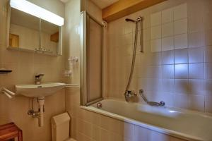 Three-Bedroom Apartment Botzatei 002, Apartmány  Verbier - big - 12