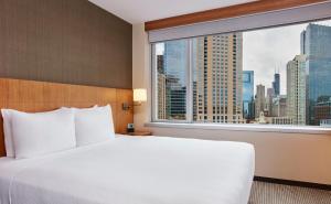 Nichtraucher Suite mit Kingsize-Bett und Blick auf die Stadt.