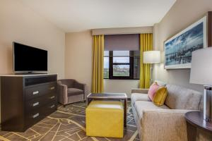 Queen Suite with Two Queen Beds with Courtyard View