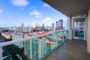 Three Bedroom Penthouse with Waterview and Balcony
