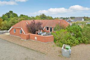 Four-Bedroom Holiday Home Tane with a Sauna 03, Holiday homes  Blåvand - big - 1