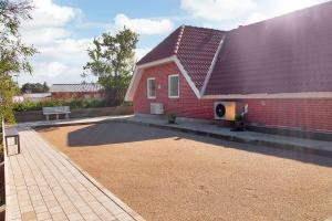 Four-Bedroom Holiday Home Tane with a Sauna 03, Holiday homes  Blåvand - big - 4