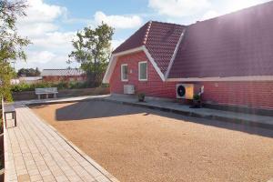Four-Bedroom Holiday Home Tane with a Sauna 03, Ferienhäuser  Blåvand - big - 4