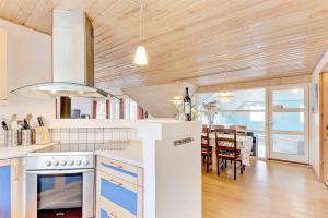 Four-Bedroom Holiday Home Tane with a Sauna 03, Holiday homes  Blåvand - big - 20