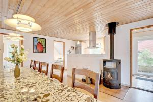 Four-Bedroom Holiday Home Tane with a Sauna 03, Holiday homes  Blåvand - big - 6