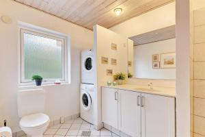 Four-Bedroom Holiday Home Tane with a Sauna 03, Ferienhäuser  Blåvand - big - 7