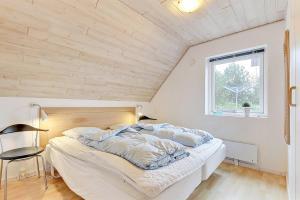 Four-Bedroom Holiday Home Tane with a Sauna 03, Ferienhäuser  Blåvand - big - 13