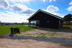 Four-Bedroom Holiday Home Søren 08, Nyaralók  Rønde - big - 10