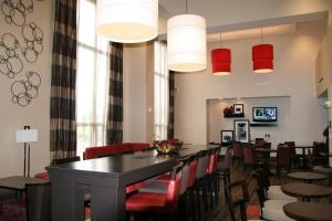 Hampton Inn & Suites Detroit/Airport Romulus, Szállodák  Romulus - big - 16