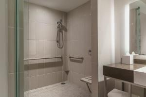 Ada-værelse med queensize-seng og badekar