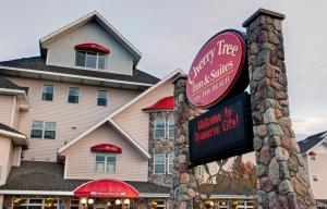 Cherry Tree Inn and Suites, Отели  Traverse City - big - 67