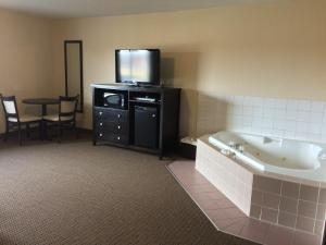 Deluxe Queen Suite with Spa Bath -  Non-Smoking