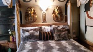 Castle Wood Theme Cottages- COUPLES ONLY, Hotels  Big Bear Lake - big - 13