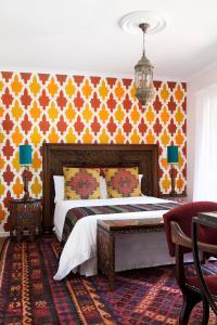 Pokój z łóżkiem typu queen-size i widokiem na morze