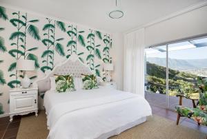 Pokój z łóżkiem typu king-size i widokiem na góry